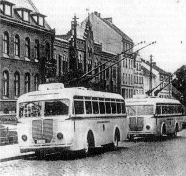 Olsztyńskie trolejbusy przy poczcie na ulicy Pieniężnego.
