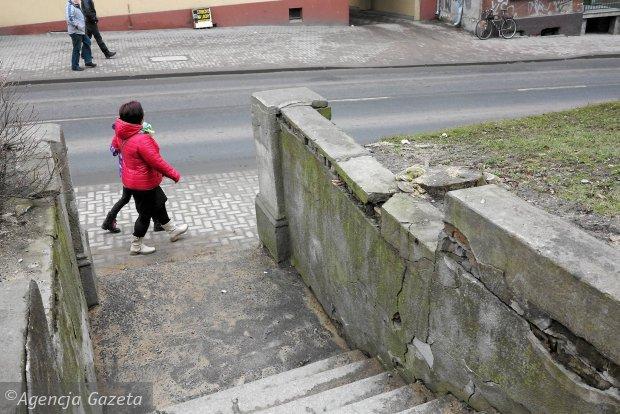 Schody i mur dawnej synagogi przy ul. Grunwaldzkiej